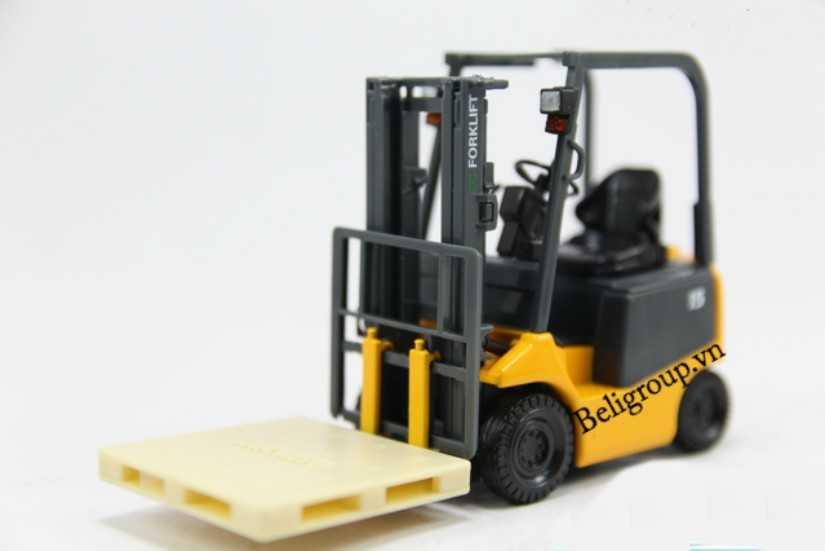 Pallet nhựa được nâng bằng xe nâng máy tối ưu - Giới Thiệu Pallet Toàn Tập