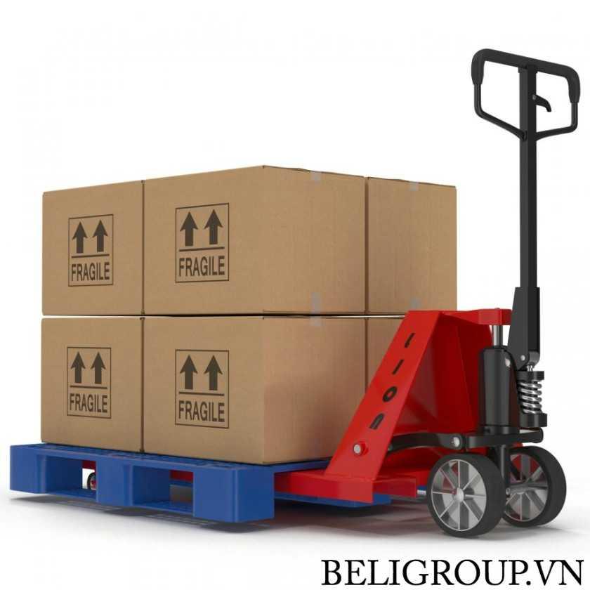 nâng pallet nhựa và thùng hàng bằng xe nâng tay - Giới Thiệu Pallet Toàn Tập