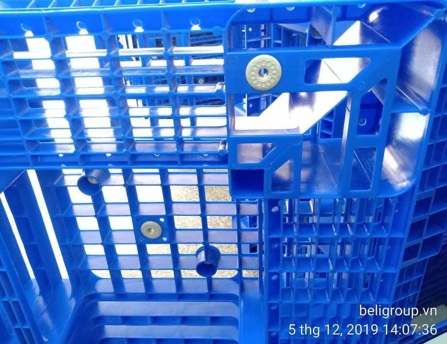 Mặt dưới pallet nhựa màu xanh - Bộ sưu tập hình ảnh pallet nhựa - pallet gỗ