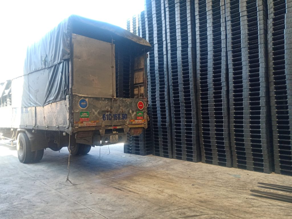 Xe tải vào chở pallet tại kho 1024x768 - Bộ sưu tập hình ảnh pallet nhựa - pallet gỗ