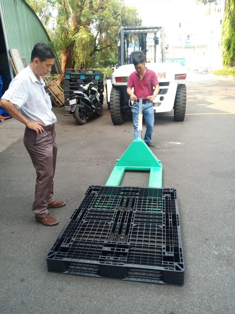 test thử pallet lọt vào xe nâng tay ở công ty bao bì mỹ chây 1 768x1024 - Bộ sưu tập hình ảnh pallet nhựa - pallet gỗ